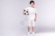 男孩子踢足球图片