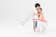 妈妈儿子亲情拥抱图片