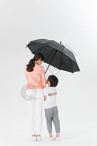 妈妈给儿子打伞图片