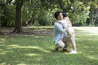 父子公园踏青图片