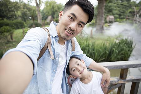 父子公园踏青自拍图片