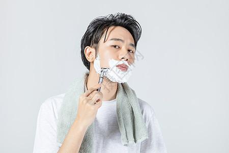 居家男性刮胡子图片