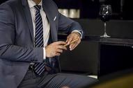 商务男士品酒500953582图片