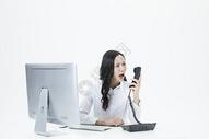 商务女性生气电话交谈图片