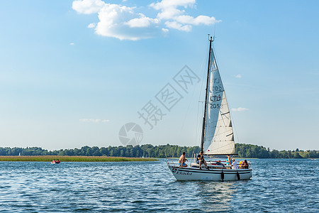 湖面上行驶的帆船图片