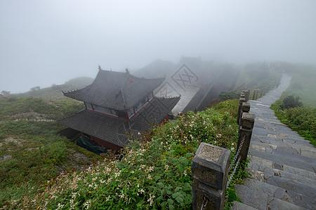 大雾中的贵州梵净山寺庙图片