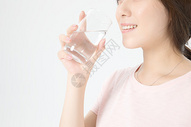 居家女性喝水健康图片