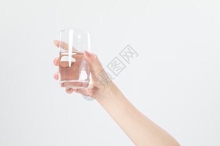 手拿水杯图片