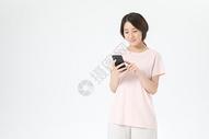 居家女性玩手机图片