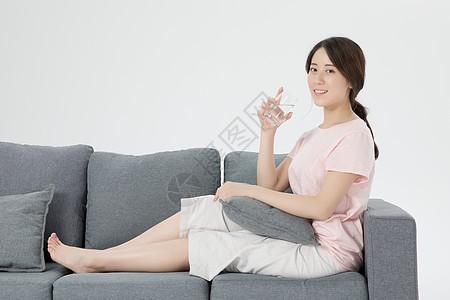居家女性喝水图片