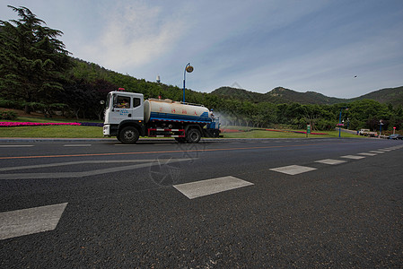 城市绿化洒水作业图片