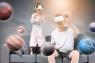 父女一起玩VR眼镜图片