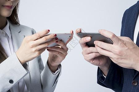 商务男女玩手机图片