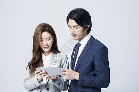 商务男女平板电脑交谈工作图片