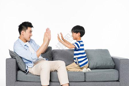沙发上父子玩游戏图片