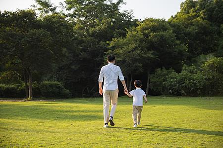 公司里牵手散步父子背影图片
