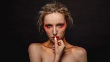 外国美女暗调美妆图片