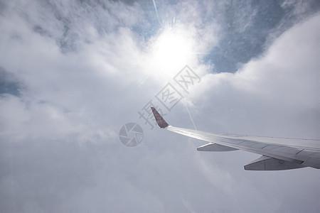 云中的飞机机翼图片