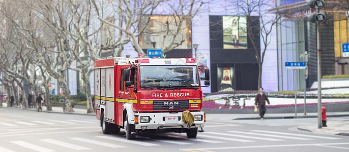 行驶在路上的消防车图片