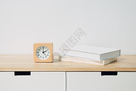 桌子上的闹钟和书籍图片