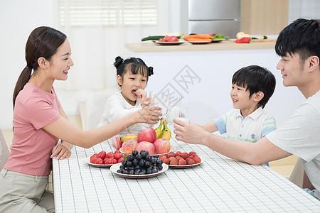一家人厨房用餐图片