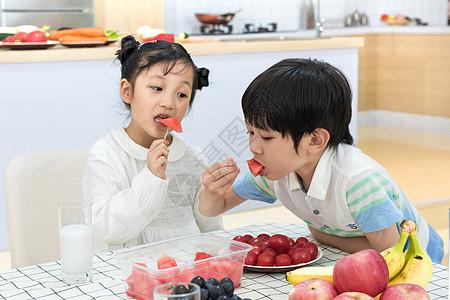 孩子在餐桌上吃水果图片