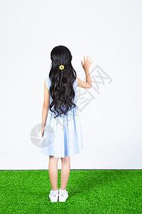 小女孩背影图片