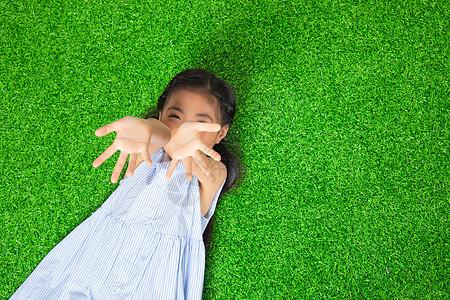 儿童节躺草地的小女孩图片