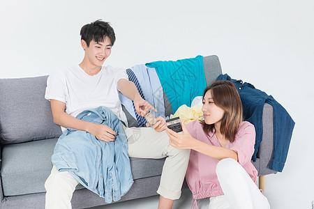 青年夫妇出行整理行李图片