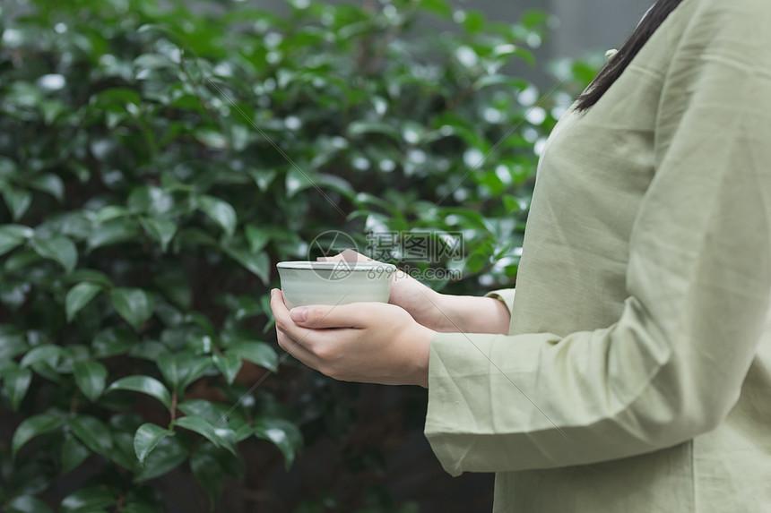手捧茶杯图片