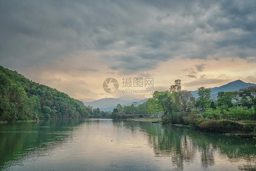 尼泊尔博卡拉费瓦湖日落图片