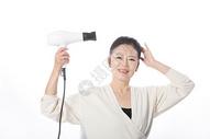 老年人吹头发图片