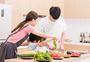 一家人厨房做菜图片