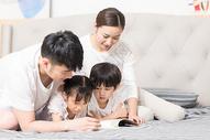 家庭生活卧室看书500961376图片