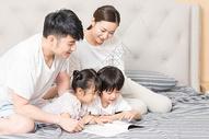 家庭生活卧室看书500961377图片