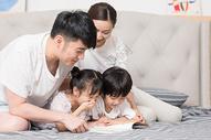 家庭生活卧室看书图片