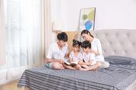 家庭生活卧室看书500961526图片