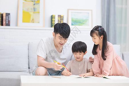 家庭教育陪伴孩子写作业图片