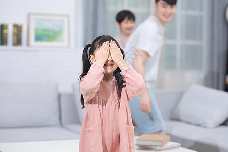 家庭生活捉迷藏游戏图片