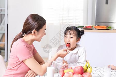 母女生活喂食图片