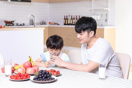 父子吃早餐家庭生活图片
