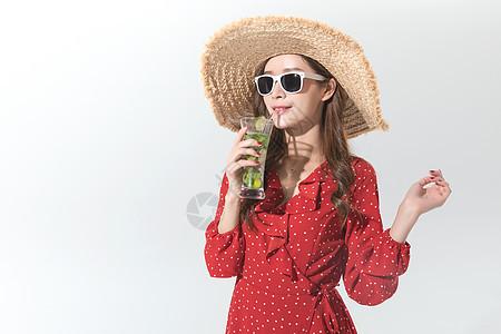 时尚女性夏日喝饮料图片
