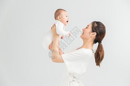 母婴妈妈举起宝宝图片