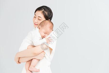母婴妈妈抱着宝宝睡觉图片