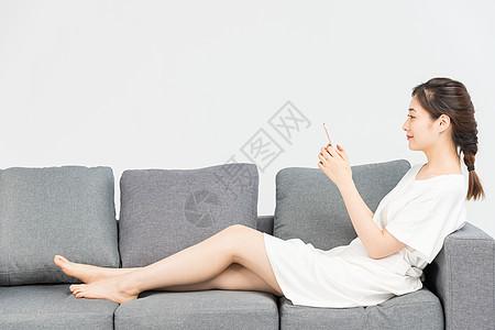 年轻女性看手机图片