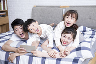 家庭生活看电影图片
