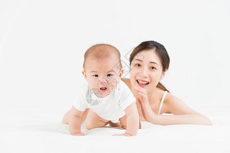 母婴妈妈陪伴宝宝爬行图片