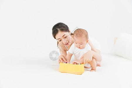 母婴床上妈妈陪伴宝宝图片