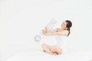 年轻女性床上伸懒腰图片