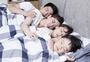 一家人一起睡觉图片